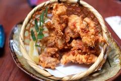 Le poulet frit est les mélanges de fines herbes photographie stock