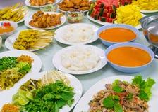 Le poulet frit supérieur de Tableau de variété de nourriture a fait frire la papaye de porc rôtie par poissons Photographie stock