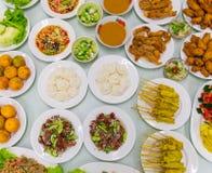 Le poulet frit supérieur de Tableau de variété de nourriture a fait frire la salade de papaye de porc rôtie par poissons Images libres de droits