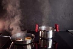 Le poulet a haché des côtelettes, faisant cuire le dîner à la maison, nourriture saine photos libres de droits