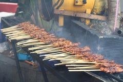 Le poulet indonésien traditionnel assouvissent le soja rôti de sauce à arachide d'aliments de préparation rapide de casse-croûte Photographie stock