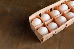 Le poulet organique naturel eggs dans l'isolat orange de paquet de carton photo stock