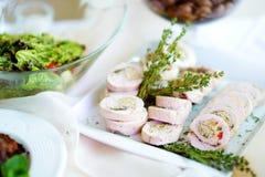 Le poulet ou la dinde délicieux roule avec des herbes servies sur une réception de partie ou de mariage Photos stock
