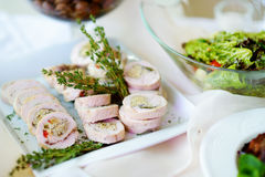 Le poulet ou la dinde délicieux roule avec des herbes servies sur une réception de partie ou de mariage Image libre de droits