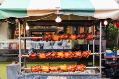 Le poulet rôti fait maison sur des brochettes pour la nourriture de rue Images stock