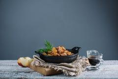 Le poulet rôti avec des pommes a servi avec l'aneth frais Photos libres de droits