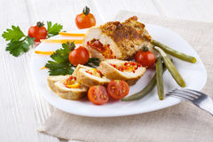 Le poulet roule avec la tomate et le paprika sur le plat blanc Photos stock
