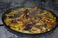 Le poulpe et le calmar ont fait cuire au four sous la cloche de cuisson Images stock