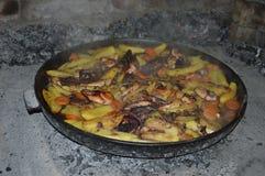 Le poulpe et le calmar ont fait cuire au four sous la cloche de cuisson Photo stock