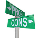 Le pour - et - signes de rue à double sens du contre comparant des options Photo libre de droits