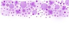 Le pourpre blured des boules et des flocons de neige sur un fond blanc Photographie stock libre de droits