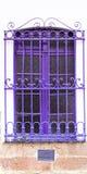 Le pourpre a coloré des barres de fenêtre et en métal sur le blanc Photos libres de droits