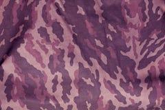 Le pourpre a modifié la tonalité le modèle d'uniforme de camouflage de militaires photographie stock libre de droits