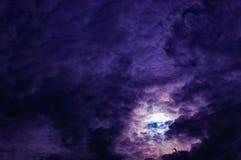 Le pourpre opacifie le cumulonimbus dans le ciel Images stock