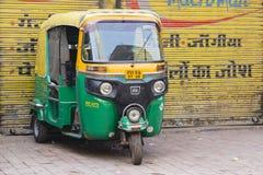 Le pousse-pousse automatique roule au sol sur une route à New Delhi, Inde Image libre de droits