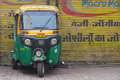 Le pousse-pousse automatique roule au sol sur une route à New Delhi, Inde Images stock