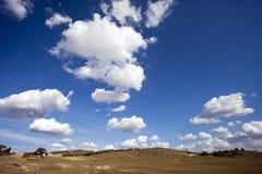 Le pré contacte le ciel Photographie stock