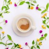 Le pré et les fleurs sauvages ont arrangé en cercle avec la tasse de coffe Configuration plate Images libres de droits