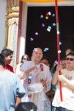 le Pré-moine donnent l'argent dans la cérémonie bouddhiste de classification Photo stock