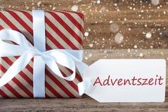 Le présent avec des flocons de neige, texte Advetszeit signifie Advent Season Photographie stock libre de droits