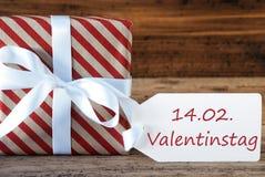 Le présent avec le label, Valentinstag signifie le jour de valentines Photos libres de droits