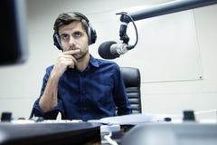 Le présentateur par radio accueille l'exposition de soirée sérieuse Photographie stock