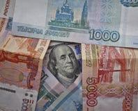 Le président américain avec un billet d'un dollar 100 entouré par les roubles russes Le dollar contre le rouble image libre de droits