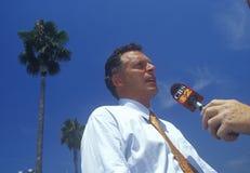 2000 le Président de comité national démocrate, Terry McAuliffe, marche le tapis rouge à Staples Center, Los Angeles, CA Image stock