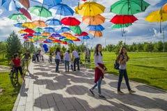 Le Président Park à Astana, Kazakhstan Parapluies colorés par allée Photos libres de droits