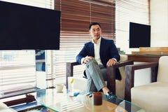 Le Président réussi masculin asiatique attend rencontrant des associés Photographie stock