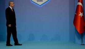 Le Président turc Recep Tayyip Erdogan souhaite la bienvenue à des participants du 25ème sommet d'anniversaire de la coopération  Photos stock