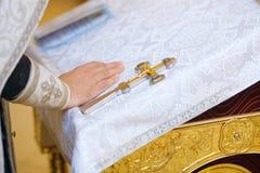 Le prêtre chrétien orthodoxe exécute le rite Images stock