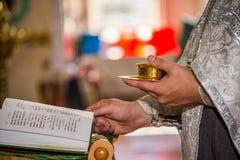 Le prêtre et la bible photo stock