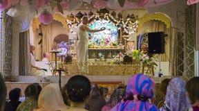 Le prêtre faisant la cérémonie en lièvres Krishna Temple photographie stock