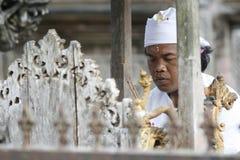 Le prêtre indou prie dans le temple de Tirta Empul de Balinese Photos libres de droits