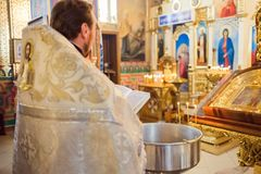 Le prêtre lit la prière dans l'église photos stock