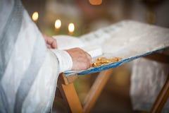 Le prêtre orthodoxe lit une prière photographie stock libre de droits