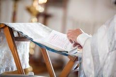 Le prêtre orthodoxe lit une prière images libres de droits