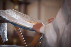 Le prêtre orthodoxe lit une prière photographie stock