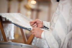 Le prêtre orthodoxe lit une prière photos libres de droits