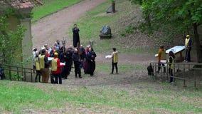 Le prêtre religieux de personnes et les croyants simples apportent la croix sur l'épaule clips vidéos