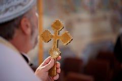 Le prêtre tient une crucifixion croisée de Jesus Christ Photos stock