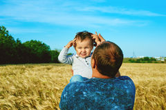 Le père parle à son enfant de sourire heureux de fille avec le parent Verticale de famille Père et fils Photo stock