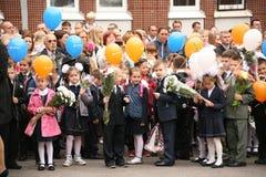Le premier appel 1er septembre, jour de la connaissance à l'école russe Jour de la connaissance Premier jour d'école Images libres de droits