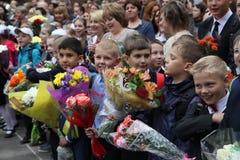 Le premier appel 1er septembre, jour de la connaissance à l'école russe Jour de la connaissance Premier jour d'école Photo stock