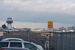 Le premier Dreamlifter approche le champ de Boeing photos libres de droits
