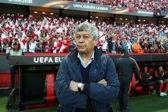 Le premier entraîneur Mircea Lucescu de FC Shakhtar regarde dans l'appareil-photo Image stock