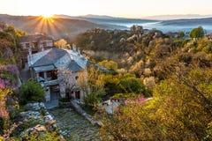 Le premier soleil rayonne sur le village pittoresque de Vitsa dans la région de Zagori, Grèce du nord photos libres de droits