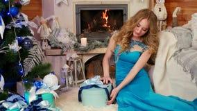 Le preparazioni per la riunione del nuovo anno, ragazza imballa un regalo, scatola di bendaggio femminile con un regalo un nastro stock footage