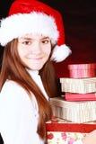 Le presents för julflickaholding över dark royaltyfria foton
